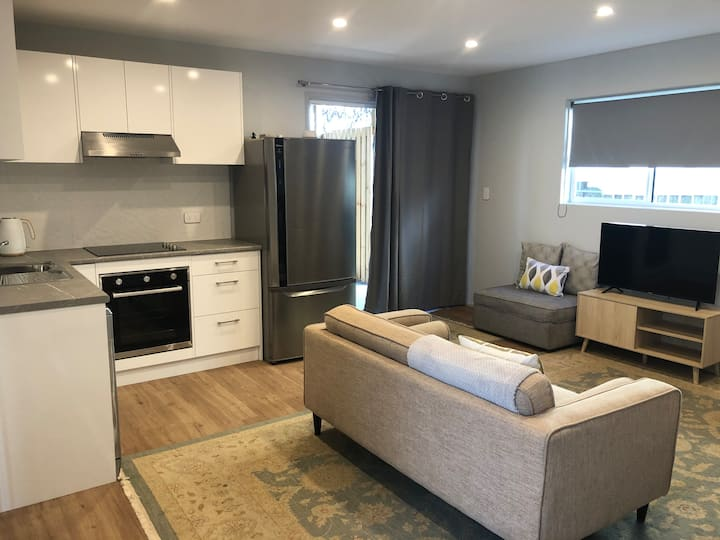 Private guest unit w/ huge courtyard in Coorparoo!