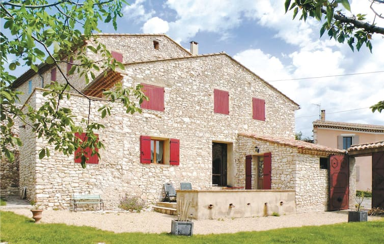 Semi-Detached with 6 bedrooms on 330 m²