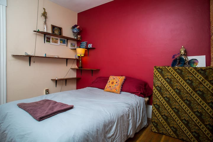 Lovely Bohemian bedroom in the heart of Temescal