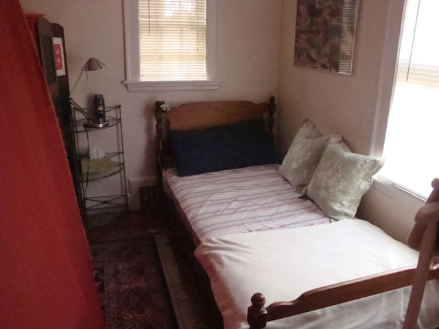 Perfect for adventurers layover w/ single bed - Newton - Apartment