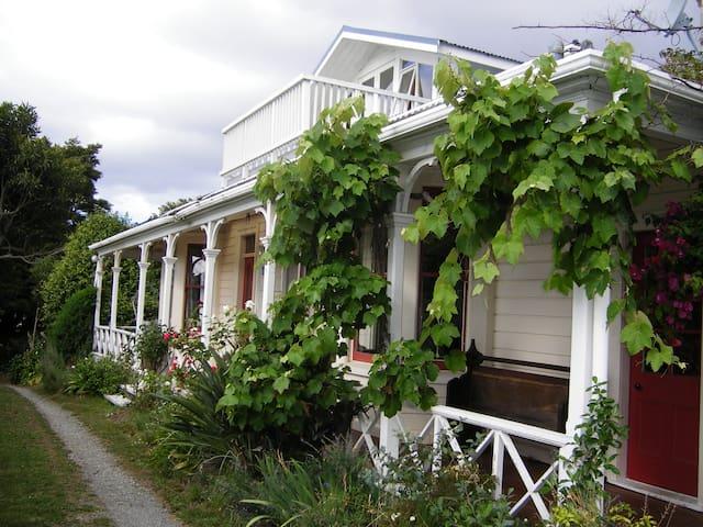 MALVERN Original 1885 Farm Bungalow.TheQueens Room