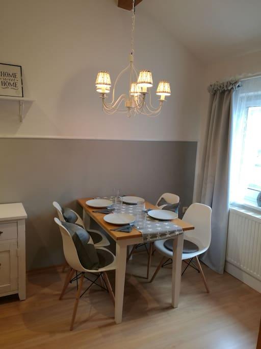 Tisch für 4 Personen im Wohnraum