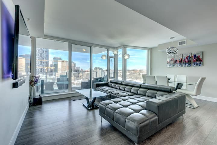 Luxury Downtown Riverfront Condo. Free U/G Parking