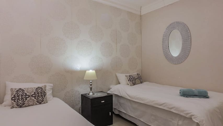 Double room with two single beds. Airconditioned