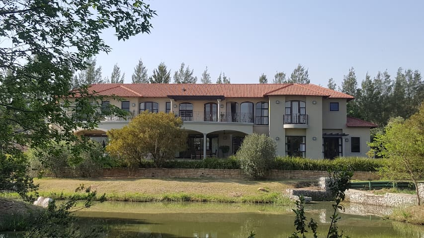 EXECUTIVE RESIDENCE IN SECURE GOLF ESTATE - Midrand - Rumah