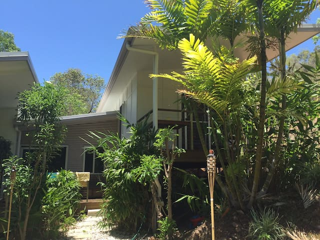 Luxury 4BRM tropical holiday house with pool! - Castle Hill - Huis