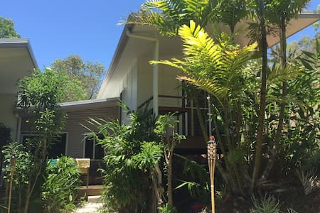 Luxury 4BRM tropical holiday house with pool! - Castle Hill - Rumah