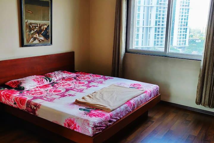 Spacious Sunny Room in Magarpatta
