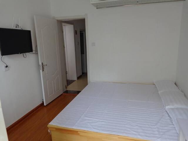 青岛台东套二房可住4至5人24小时热水,网络电视Wifi,独立厨房随时可以做饭,