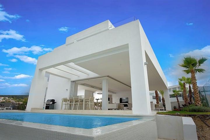 Elegant 4 bed villa close to beach