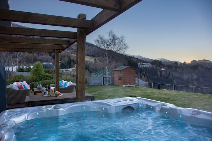 Shotover River Retreat- Amazing Views & Hot Tub!!