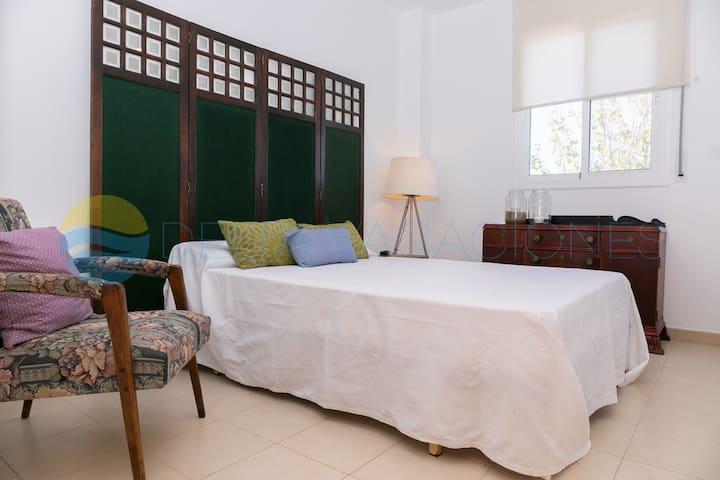 Amplia habitación de matrimonio con luz natural