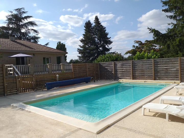 Maison avec piscine privative.
