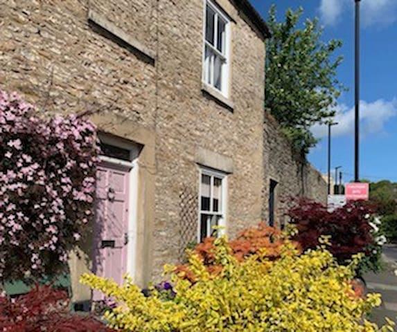 SECRET GARDEN Grade 2 listed cottage with Hot Tub