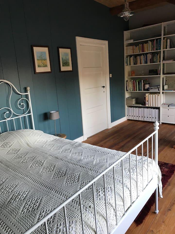 Slaapkamer boven met tweepersoonsbed. Twee matrassen.