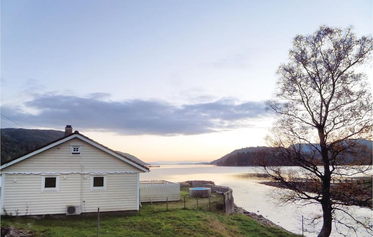 Holiday cottage with 2 bedrooms on 86 m² in Holmefjord