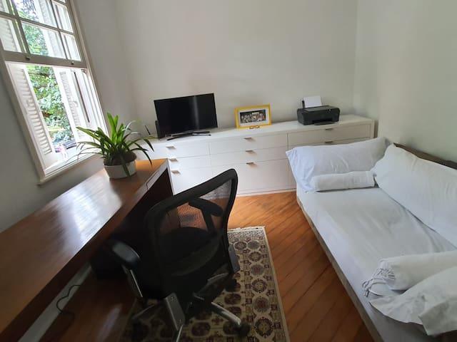 Escritório com sofá cama