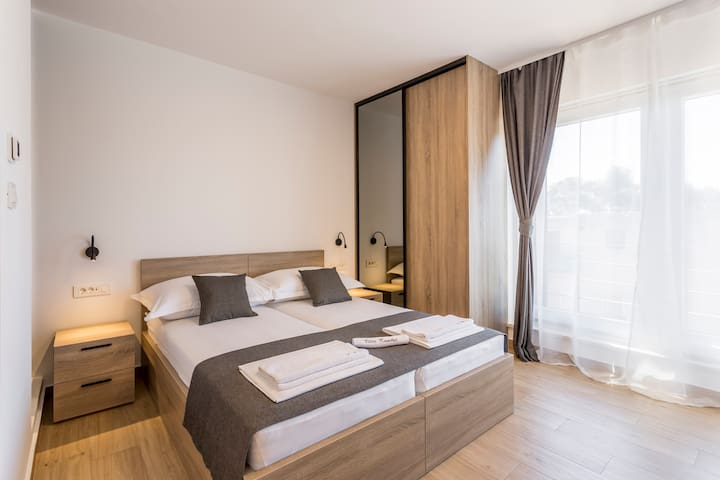 Room 3 with double bed, bathroom, Sat-TV, wardrobe, working table, towel and sheets, air conditioning.