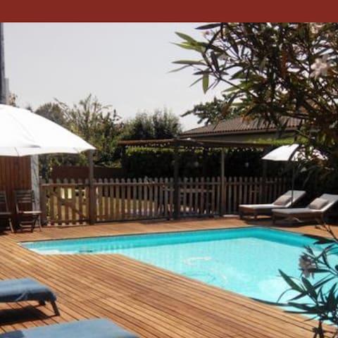 Maison avec piscine privée et grand jardin