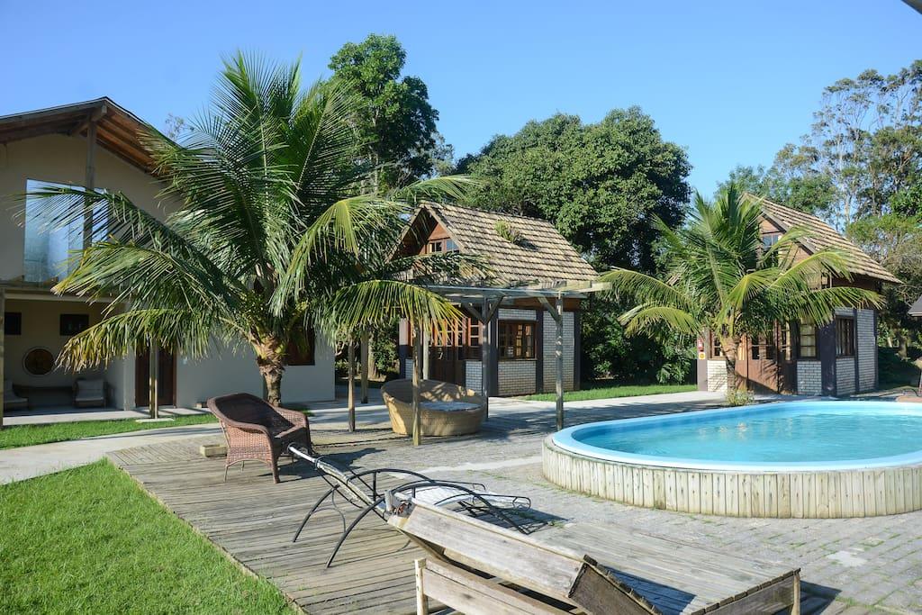 Ampla Area verde  piscina