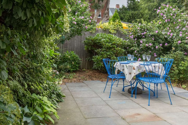 Savor Spring: private garden! Brackett Cottage: Fast WiFi, charming walk to shops, eateries, harbor