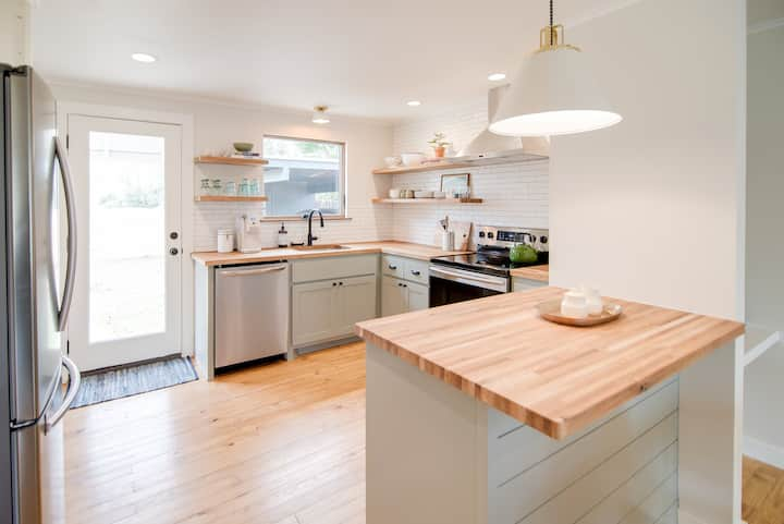 !!!CV-19 SANITIZED!!! Clean, urban, bungalow home.