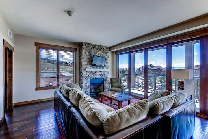 Luxurious corner condo w/ view & shared pool, hot tubs, game room & more!