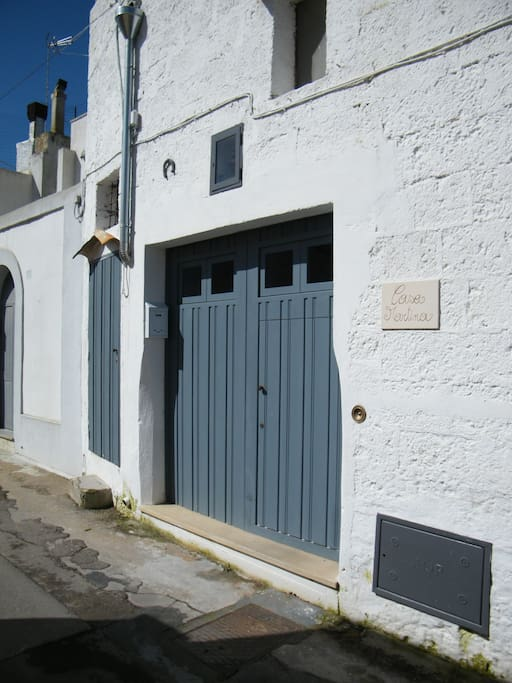 Casa Martina e gli accessi al piano terra e a quello superiore