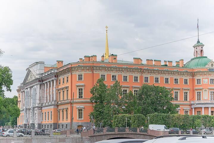 Мы прямо напротив Михайловского замка