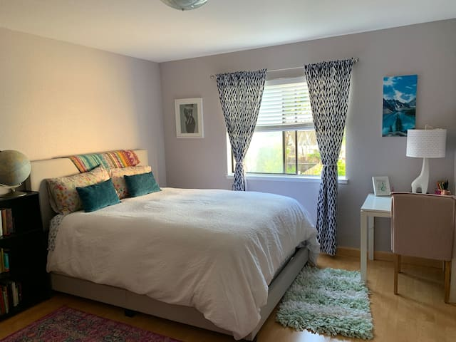 Large Sunny Bedroom - Queen Bed