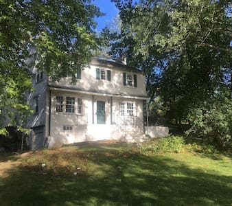 Family Farmhouse on 13 acres - ポッツタウン