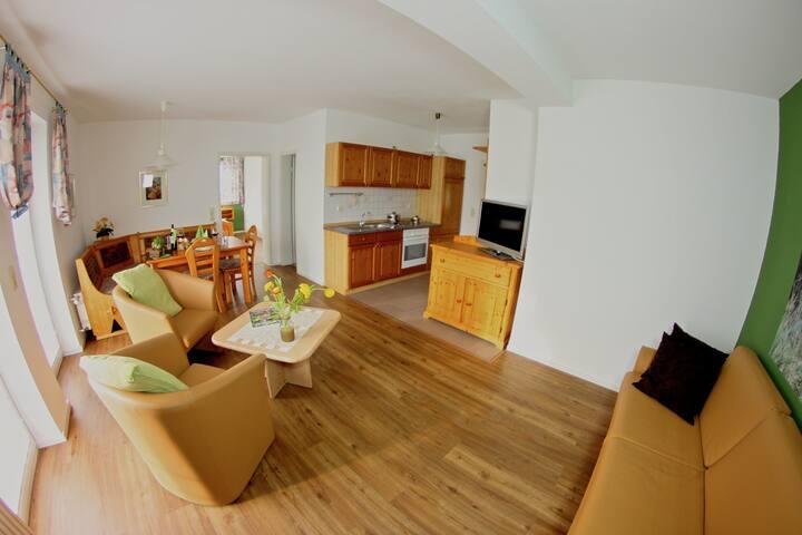 Landhotel Jagdschloss (Windelsbach), Wohnung 11 - Schwarzwild mit Massivholzmöbeln