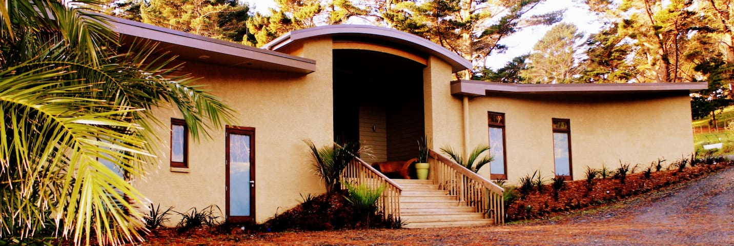 5 bedroom Eco-House at Creative Retreat Centre - Auckland