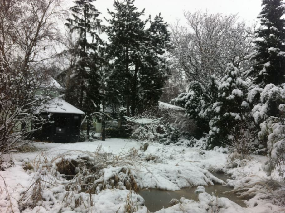 Now the garden is a winter wonderland, and you can also have a glas of hot tea or punch in the garden hut...