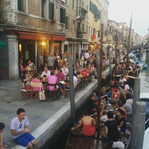 Bars and restaurants with cuisine and drinks and typical wines.