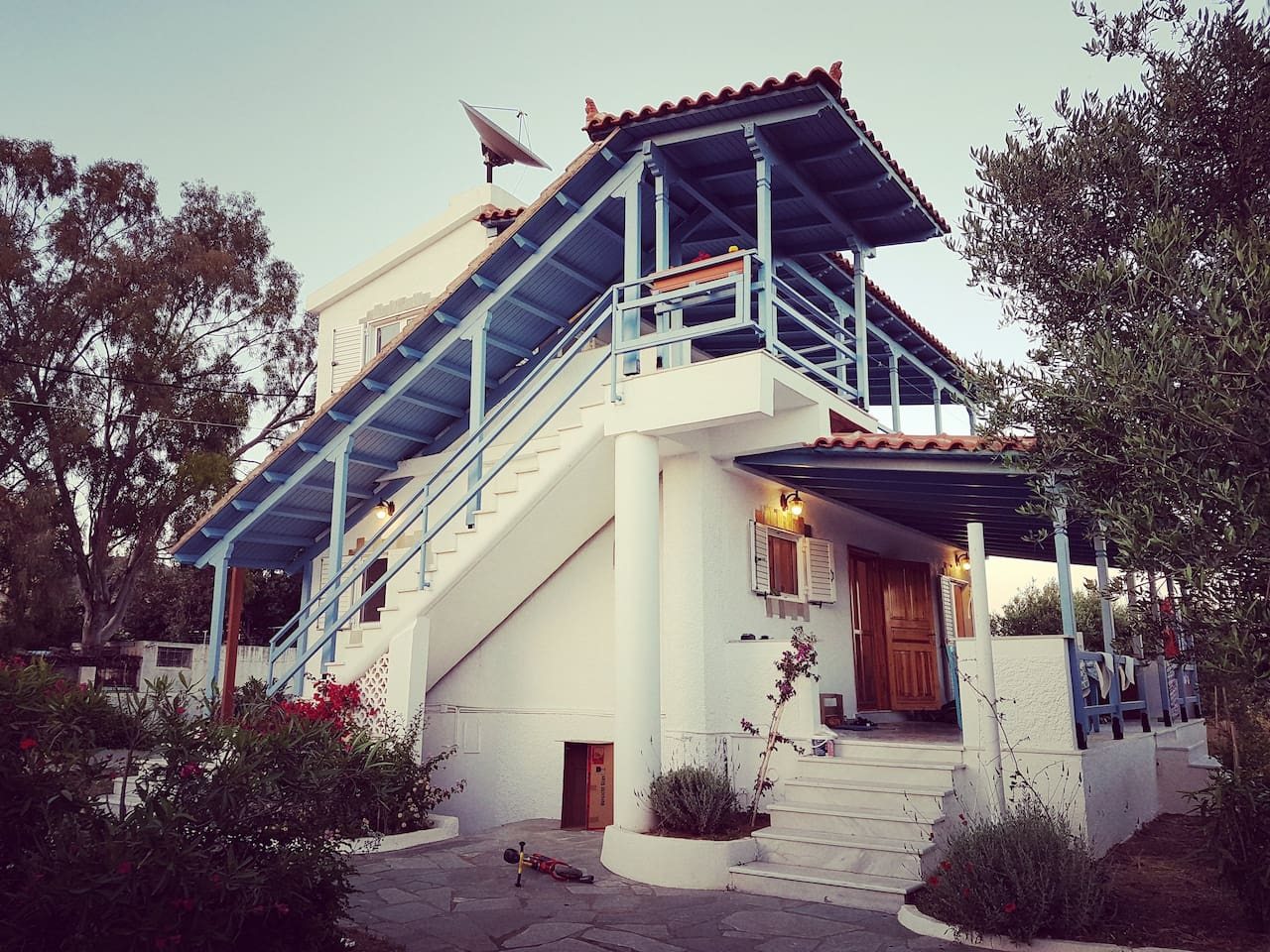 2 floors, 3 bedrooms, 2 bathrooms, 2 large balconies in the heart of a producing olive garden.