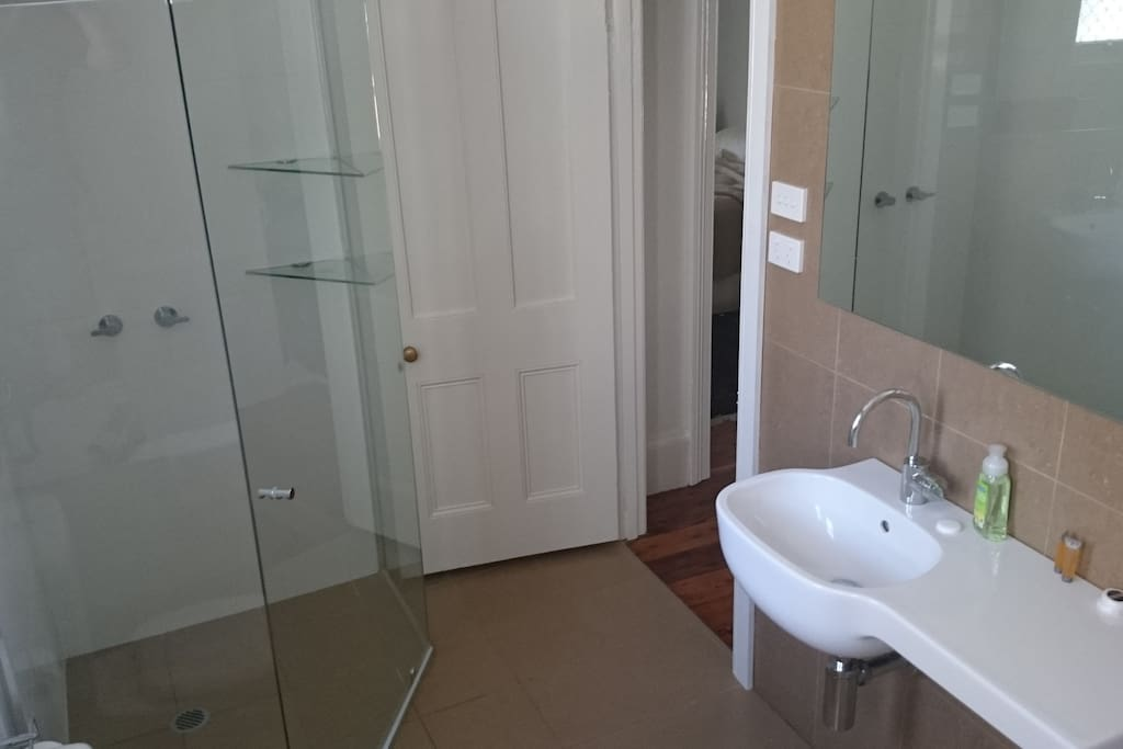 Prime location second bedroom brisbane street houses for Bathroom seconds brisbane