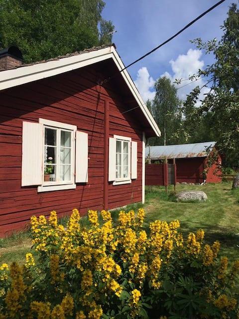 Hyggelig hytte på landet to timer fra Stockholm