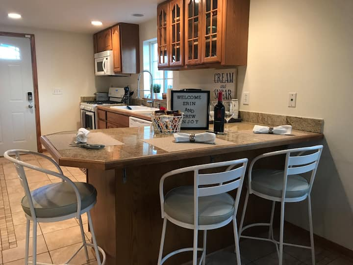 Country Living! Great Lakes Naval Grad - Sleeps 6