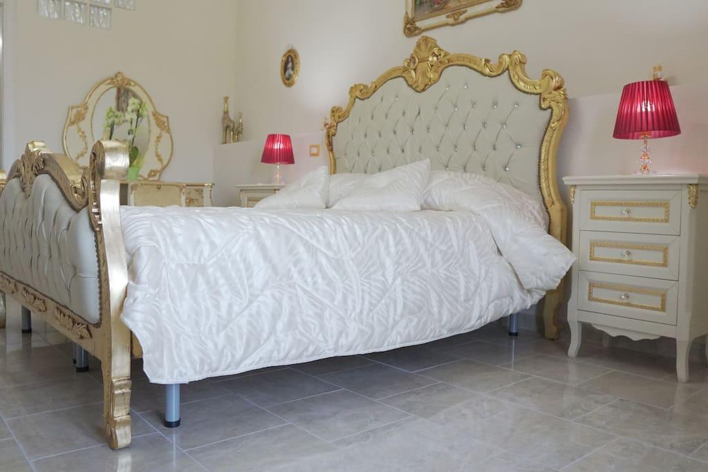 Vista destra del letto matrimoniale.