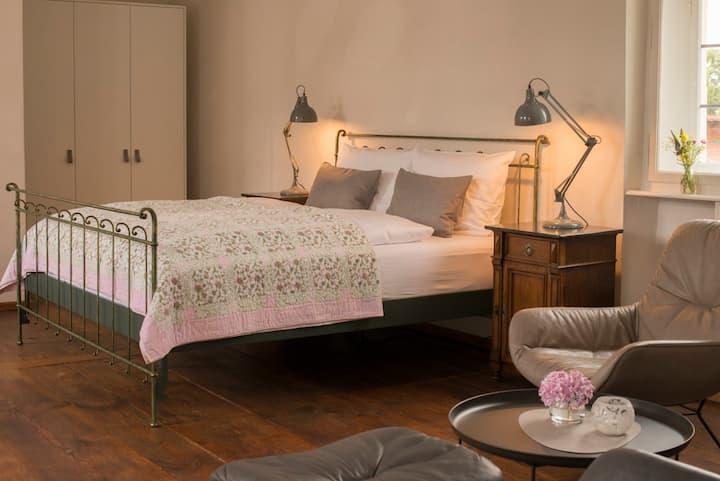 Villa Sommerach (Sommerach), Fürstenzimmer (36qm) mit Doppelbett und kostenfreiem WLAN