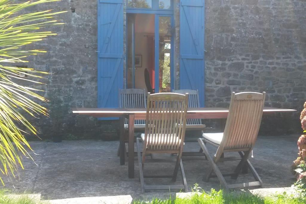 La maison offre un charme typiquement breton avec ses murs de granit