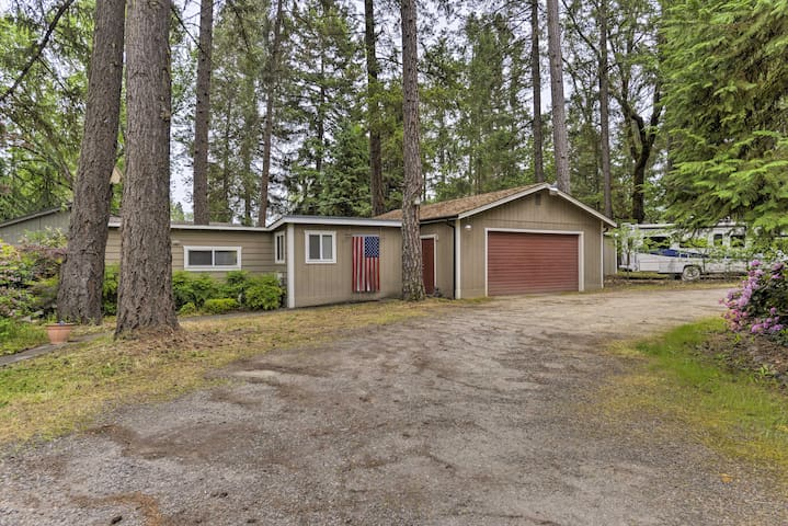 Tranquil Gold Hill Home - Steps from Rogue River!