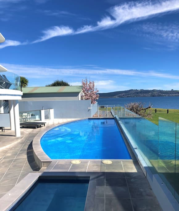 Spa pool and heated swimming pool - and on the lakefront!