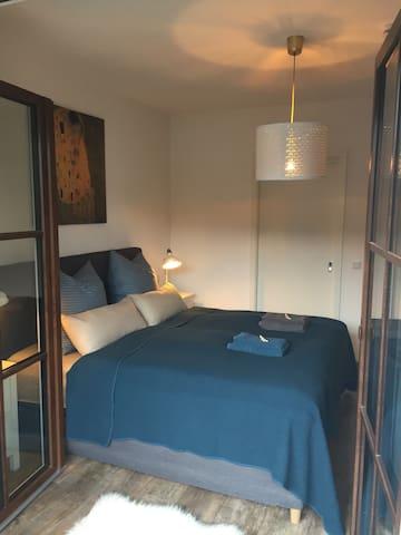 Schlafzimmer mit  Boxspringbett, 180 x 200 cm, 2x Bettwäsche, je 2 Kopfkissen in verschiedenen Härten.