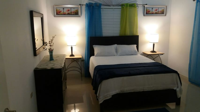 Vacation Oasis, Retreat Two (2) Bedroom (PHONE NUMBER HIDDEN) - Kingston