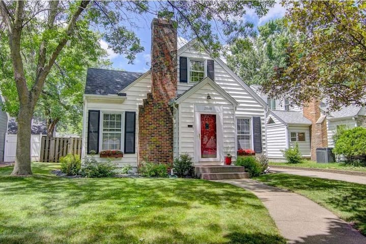 The quaint cottage:Newly updated, great Location!! - Minneapolis - House