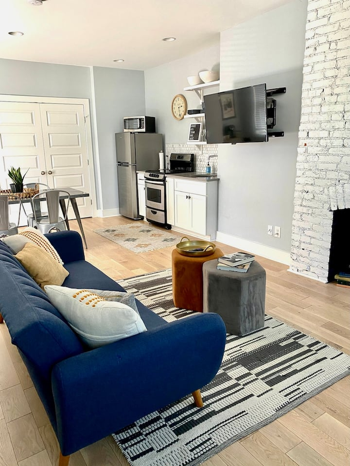 HGTV Remodeled Apartment Close to Everything