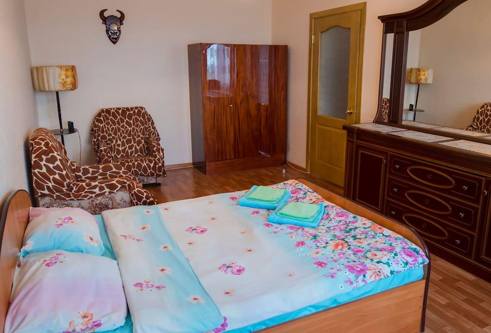 Основная комната, двуспальная кровать, комод с большим зеркалом, шкаф, два кресла, торшер