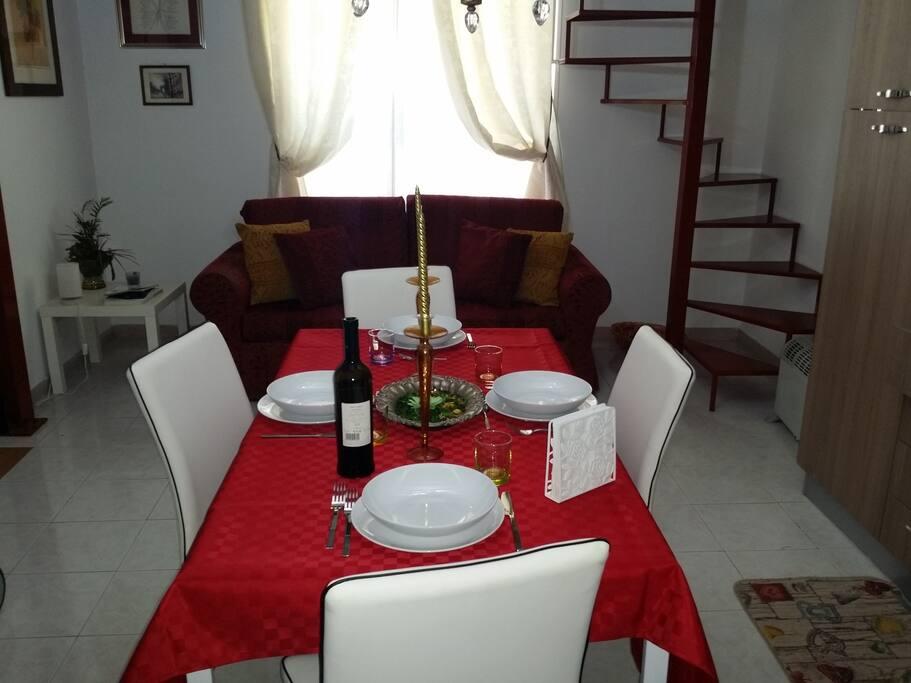 Accogliente, raffinato ed elegante soggiorno, cucina pranzo.
